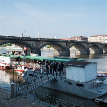 Parník Vltava nabírá cestující