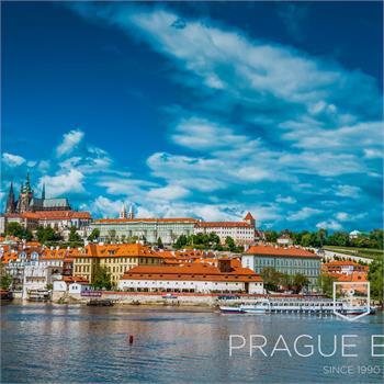 Loď Cecílie s panoramatem Prahy