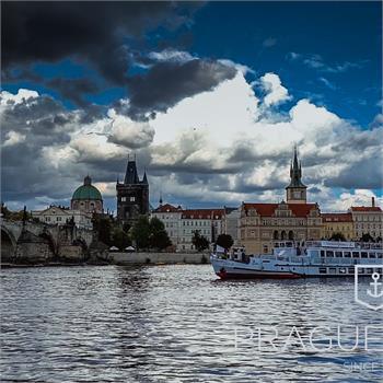 Loď Cecílie v historickém centru Prahy