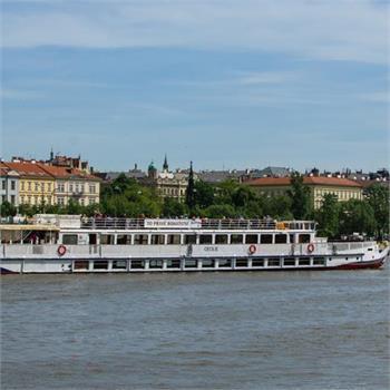 Loď Cecílie na plavbě Prahou