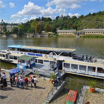 Loď Danubio v přístavišti u Čechova mostu