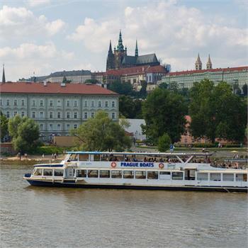 Loď Danubio s výhledem na Hradčany