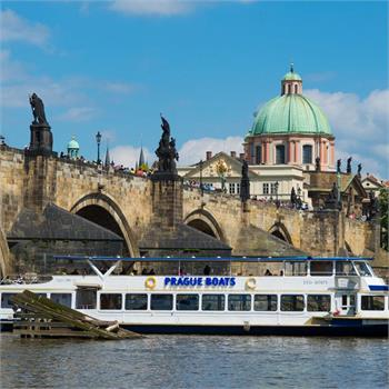 Loď Danubio u Karlova mostu