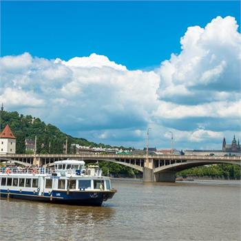 Loď Labe u Jiráskova mostu