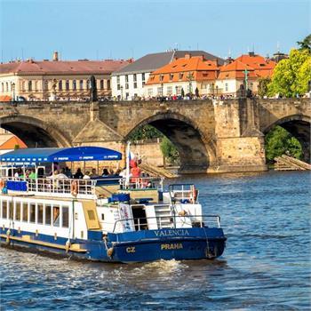 Loď Valencia u Karlova mostu