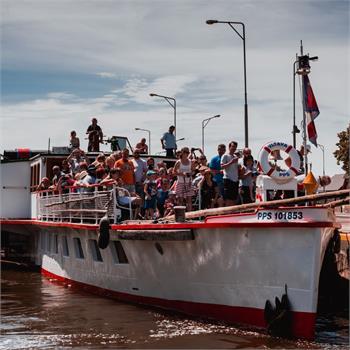 Parník Vltava vplouvá do plavební komory