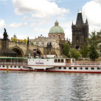 Parník Vltava pod Karlovým mostem