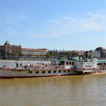 Parník Vltava proplouvá Prahou