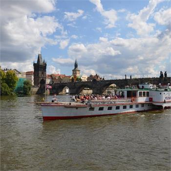 Parník Vltava proplouvá historickou Prahou