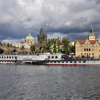 Parník Vyšehrad proplouvá centrem Prahy