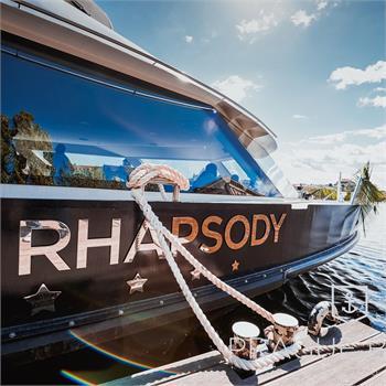 Loď Bohemia Rhapsody kotví v přístavišti