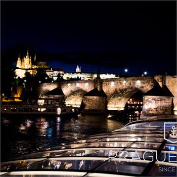 Noční Praha z lodi Bohemia Rhapsody