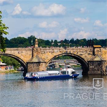 Loď Grand Bohemia proplouvá pod Karlovým mostem