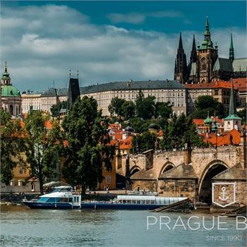 Loď Grand Bohemia s panoramatem Pražského hradu