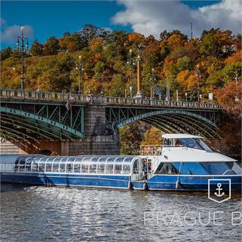 Loď Grand Bohemia proplouvá pod Čechovým mostem