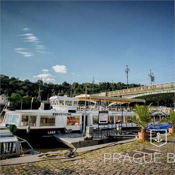 Loď Labe v přístavišti u Čechova mostu