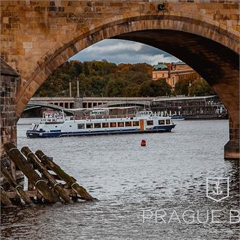 Loď Labe u Karlova mostu