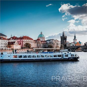 Loď Labe v centru Prahy