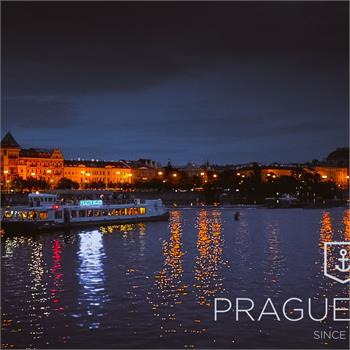Loď Labe na večerní plavbě Prahou