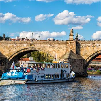 Loď Odra u Karlova mostu