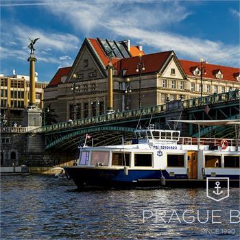 Loď Lužnice proplouvá pod Čechovým mostem