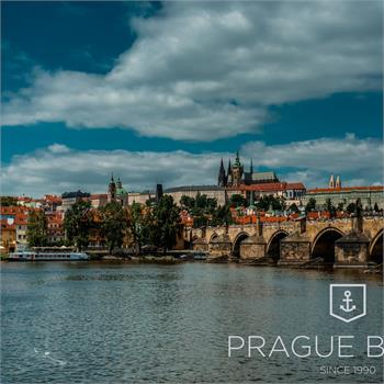 Loď Lužnice s panoramatem Prahy