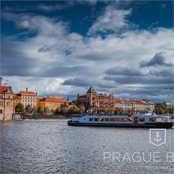 Loď Lužnice na plavbě Prahou