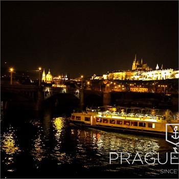 Loď Lužnice na večerní plavbě Prahou