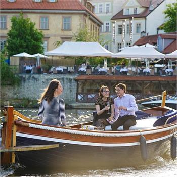 Romantika v Mahagonové loďce