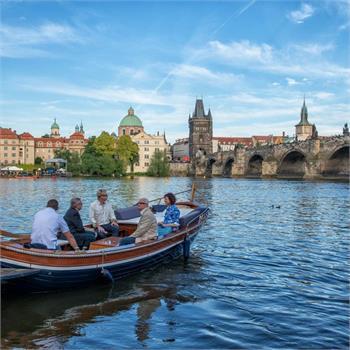 Plavba v Mahagonové loďce centrem Prahy