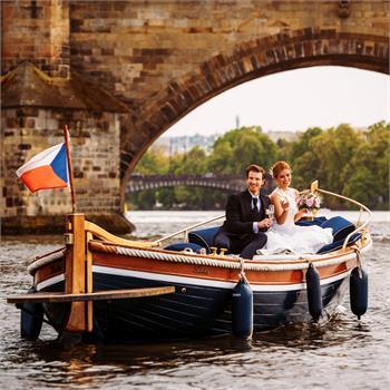Plavba novomanželů v Mahagonové loďce