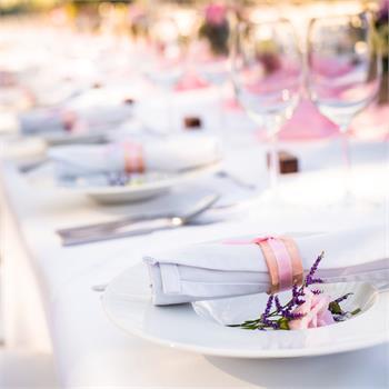 Svatebně prostřený stůl