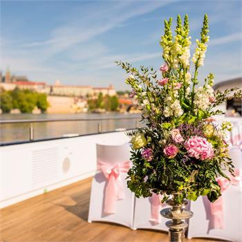 květinová výzdoba na lodi