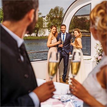 Přípitek novomanželů
