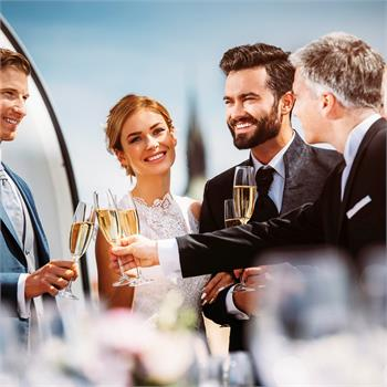 Přípitek na zdraví novomanželů