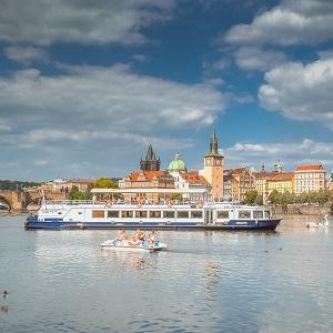 Zažijte odlišný pohled na pražské památky během Hodinové plavby z Rašínova nábřeží